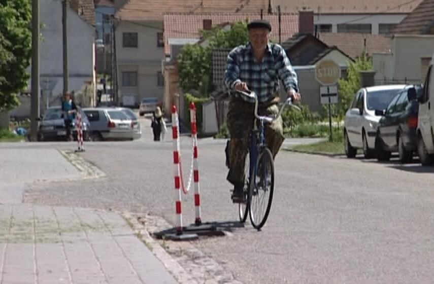 Cyklisté se musí vyhýbat dírám