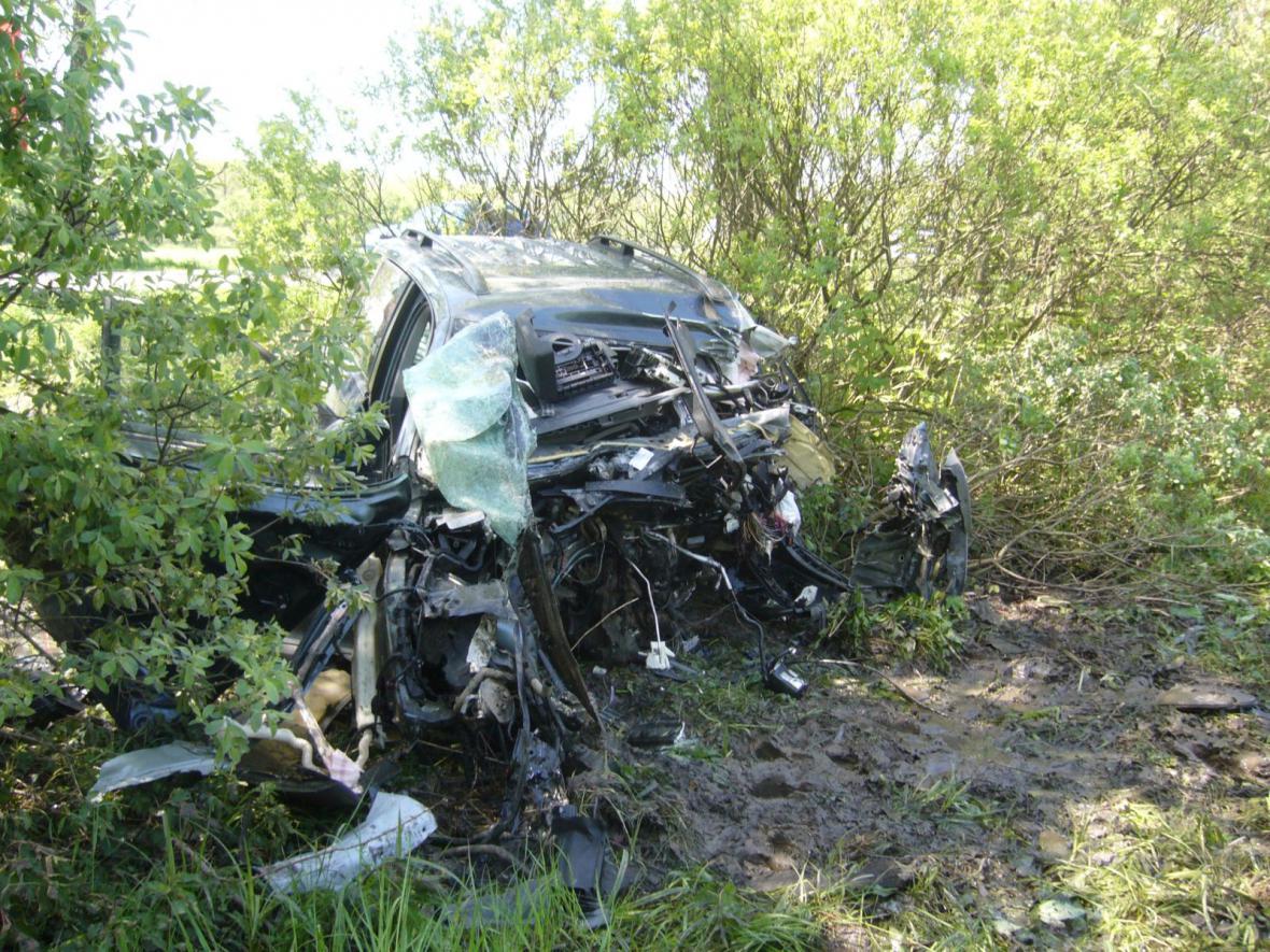 Řidiče museli hasiči z vraku vystříhat