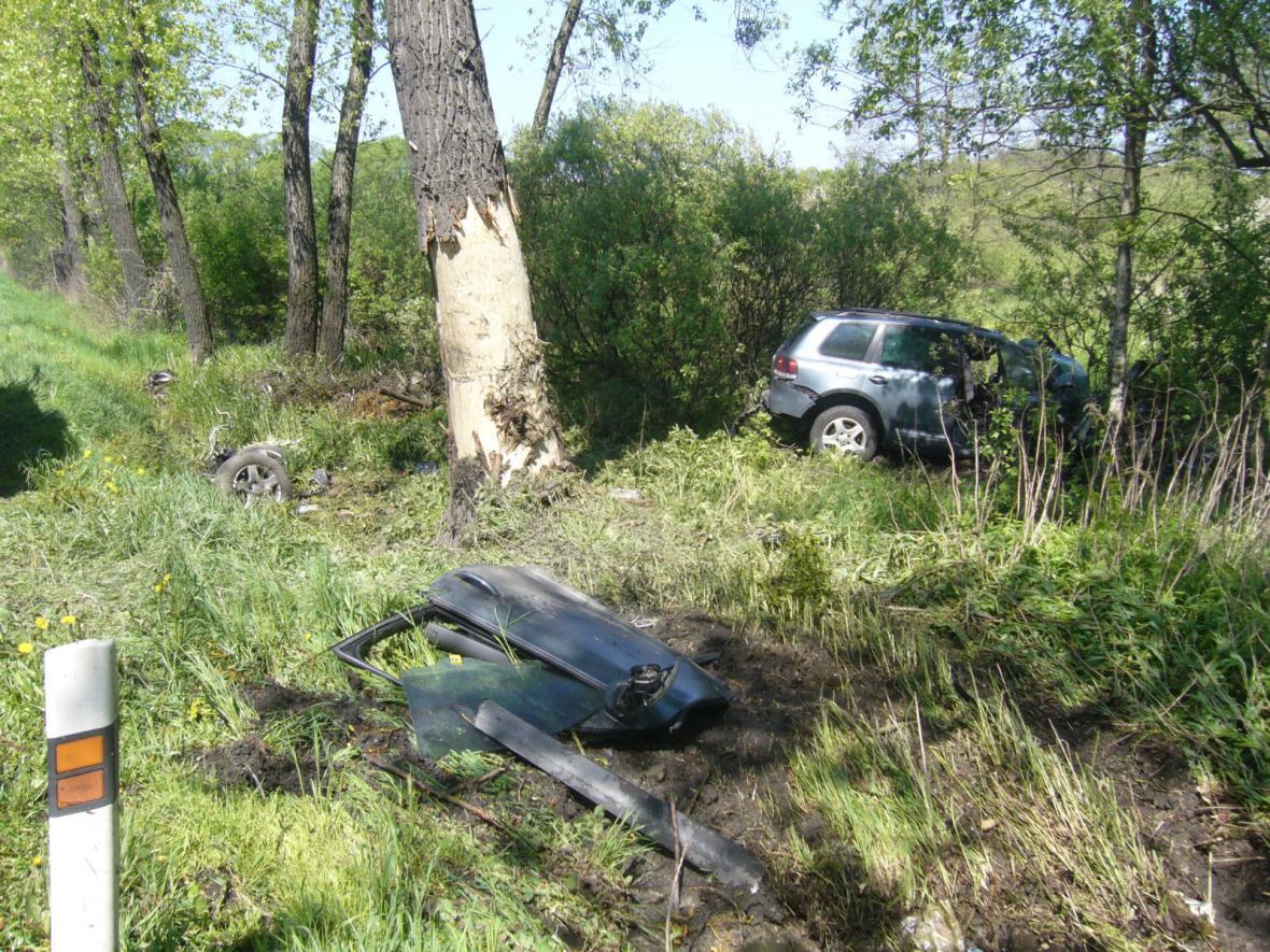 Při nehodě řidič narazil čelně do stromu