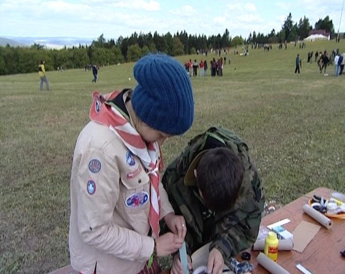 Nekteří teenageři z řad skautů nosí na akci i tradiční junácký kroj