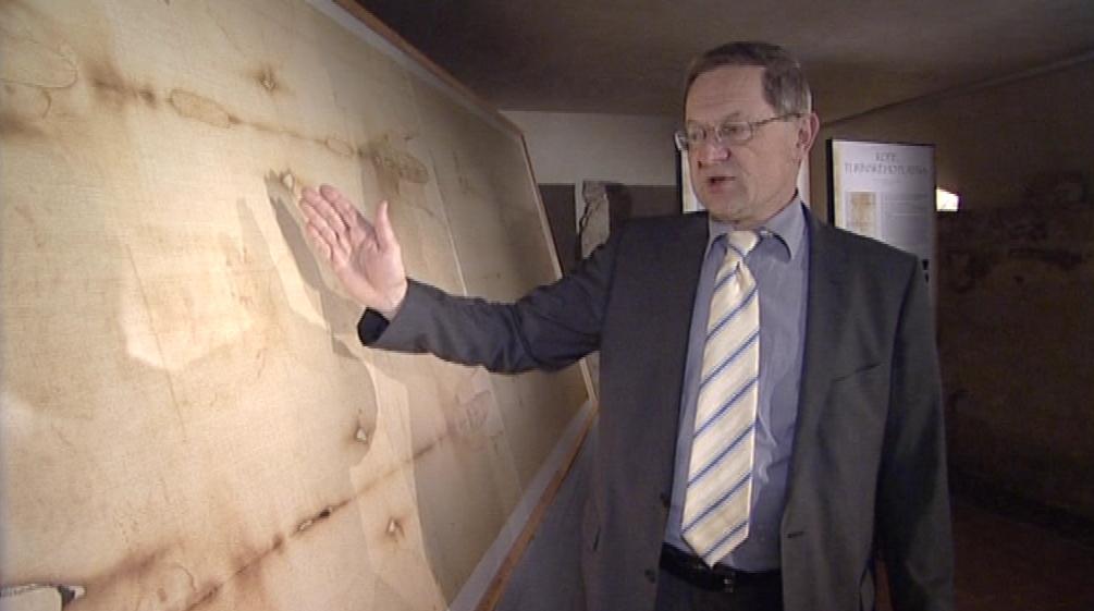 Ředitel Diecezního muzea Karel Rechlík u fotokopie plátna