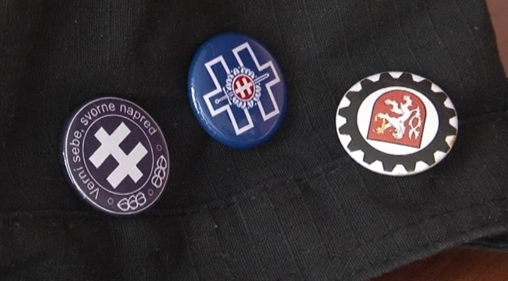 Odznaky, který měl Slovák na kšiltovce, odkazují na Slovenský štát