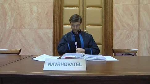 Advokát Petr Toman v novém taláru před Ústavním soudem