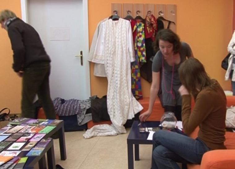 Na Uprchlickém blešáku se objevily i svatební šaty s vlečkou