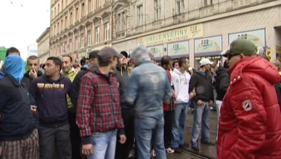 Romové blokují ulici Cejl, aby zabránili radikálům v pochodu
