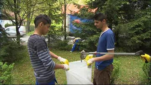 Do čištění Bečvy ve Vsetíně se pustili místní Romové