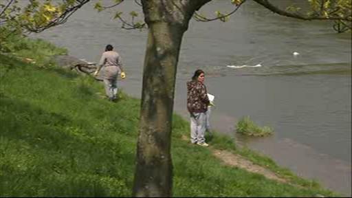 Vsetínští Romové vyrazili čistit okolí řeky
