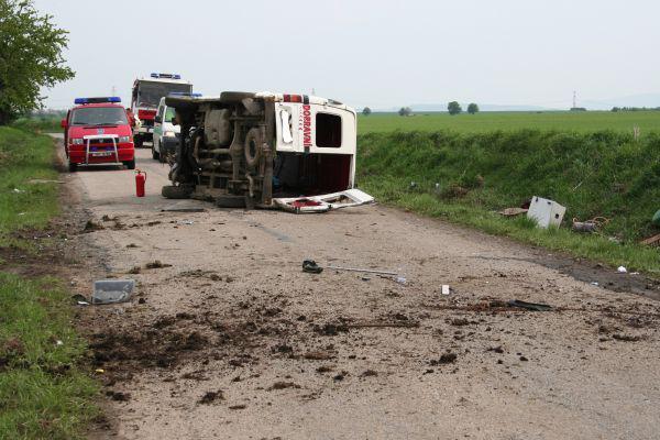 Tělo spolujezdce museli z vraku vyprostit hasiči
