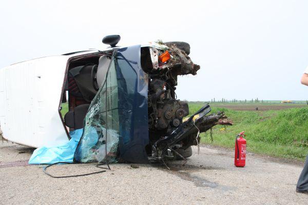 Řidič bílé dodávky nezvládl mírnou zatáčku