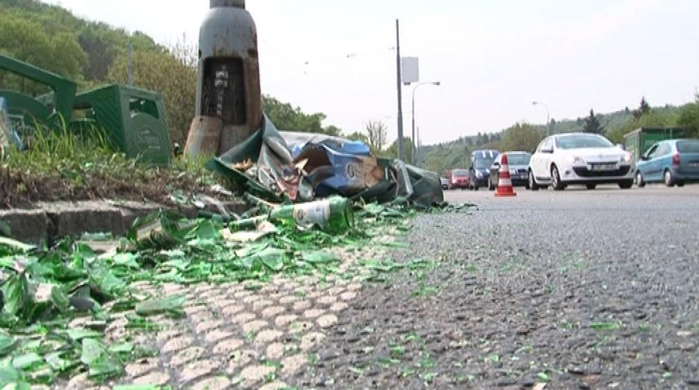 Pri hávárii se auto převážející náklad piva převrátilo do kolejiště
