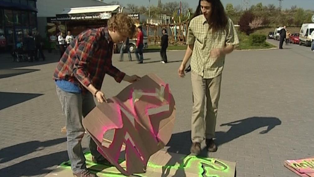 Studenti brněnského gymnázia při výrobě rekordního tabla