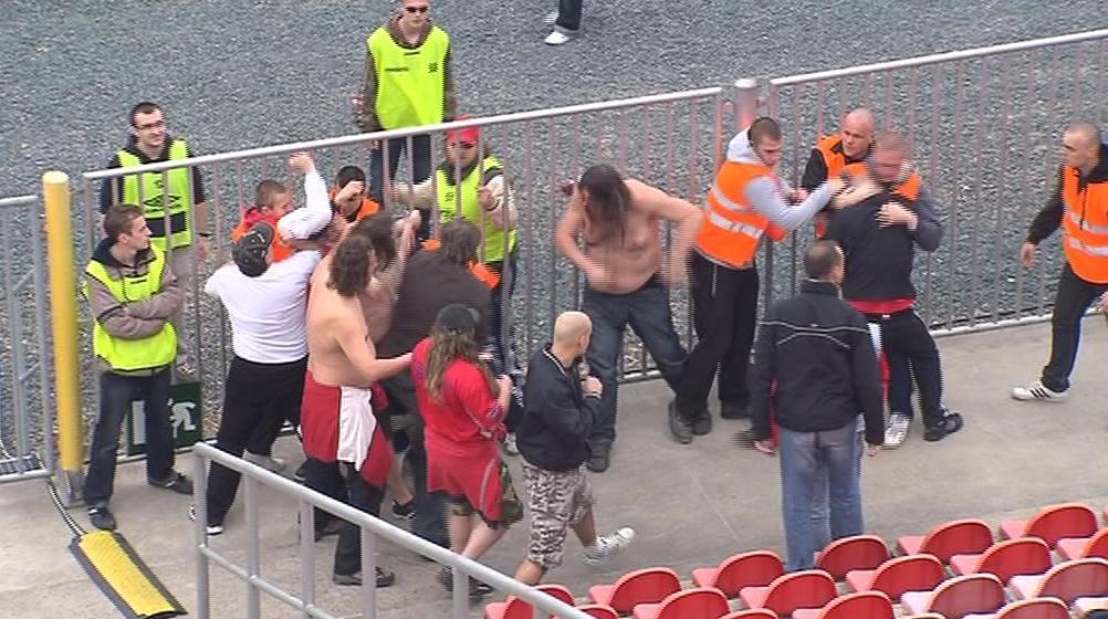 Bitka fanoušků s pořadateli fotbalového zápasu