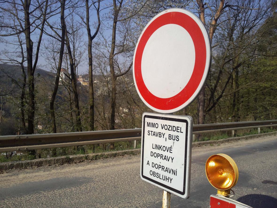 Uzavírka, která omezuje vjezd do zámku Vranov nad Dyjí