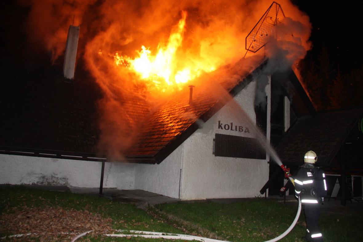 Hasiči bojují s plameny