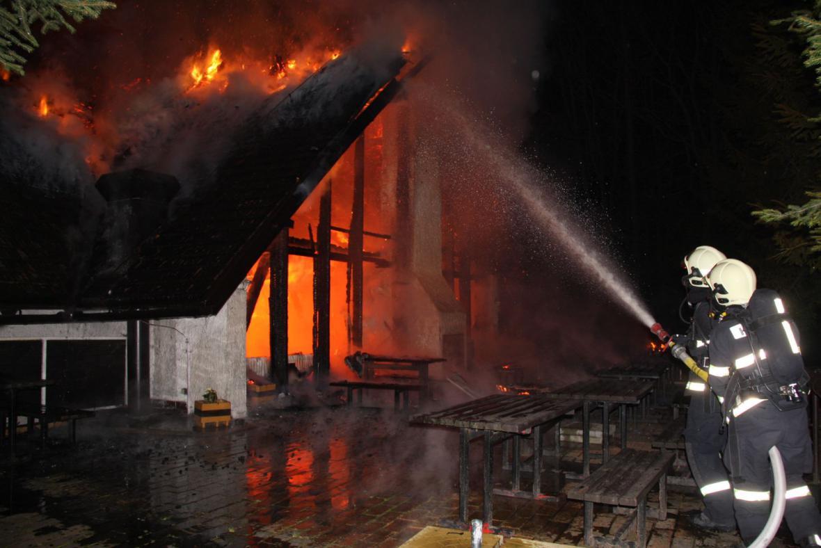 Hasiči v noci likvidovali požár koliby