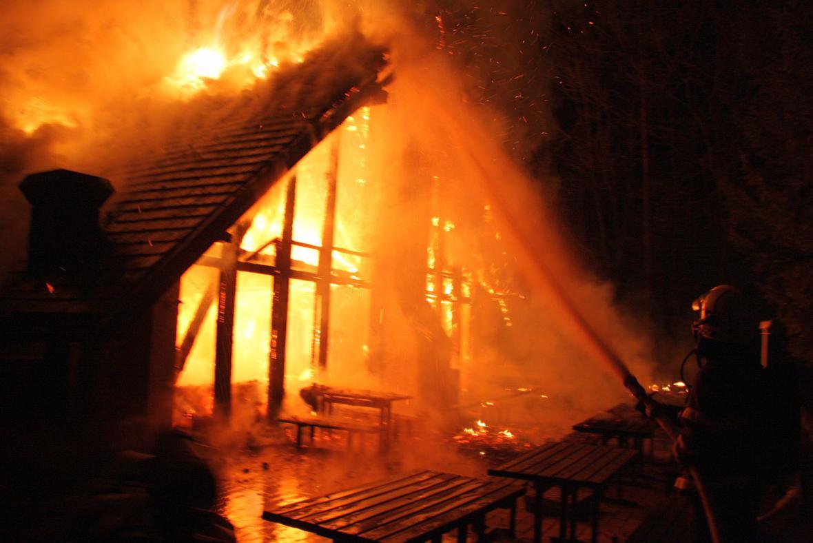Kolibu na Kocandě zachvátily plameny