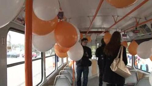 Tramvaj plná balónků s přáními