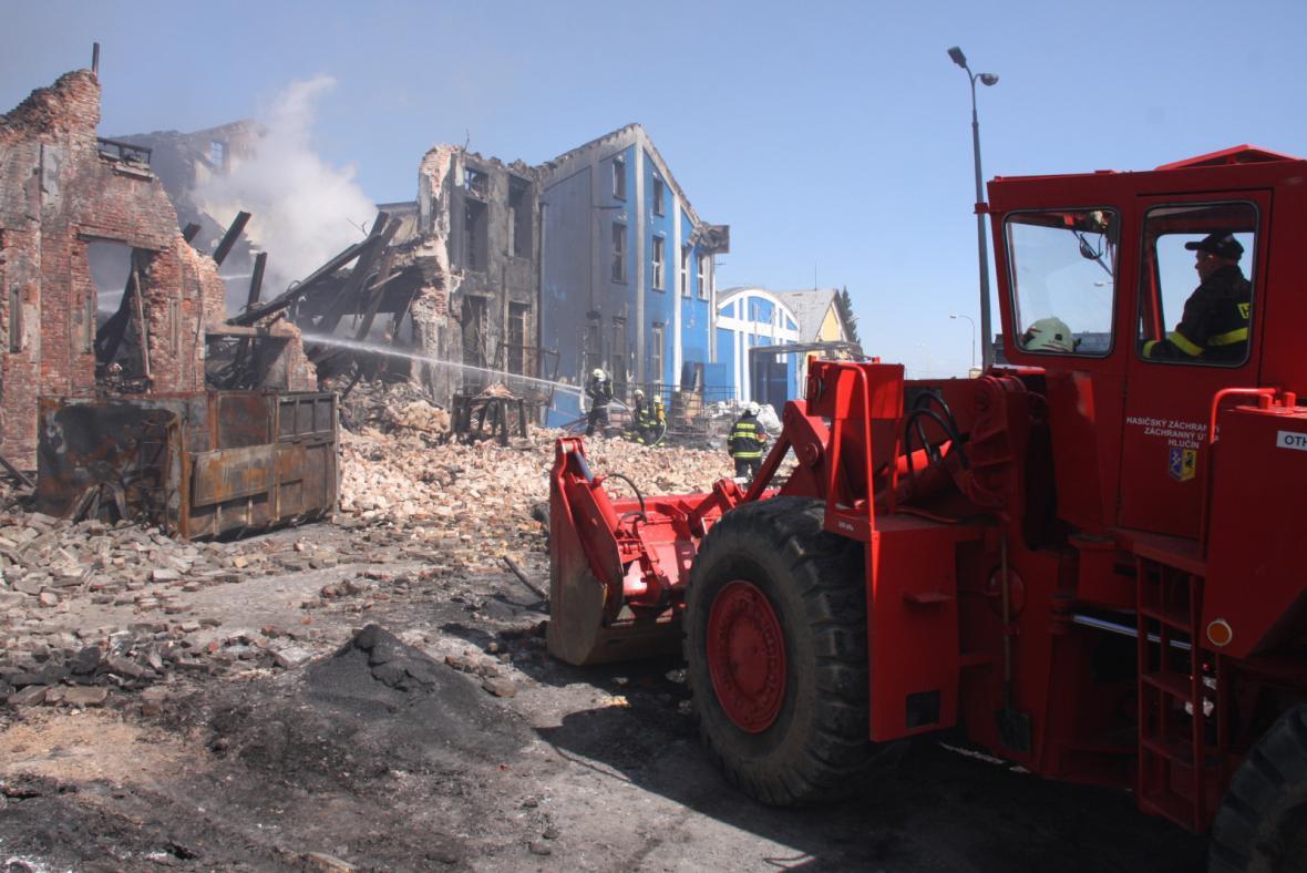 Požár výrobny plastů v Chropyni - zásah těžké techniky