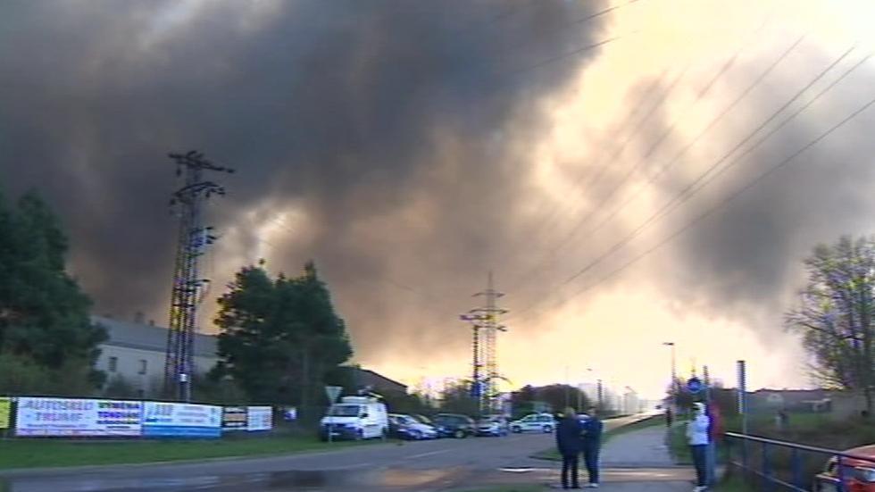 Hustý dým z požáru v Chropyni obsahuje nebezpečné zplodiny, lidé nesmí větrat ani vycházet