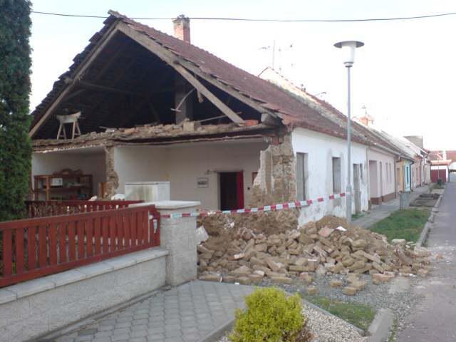 Spadená štítová zeď po větrnné smršti