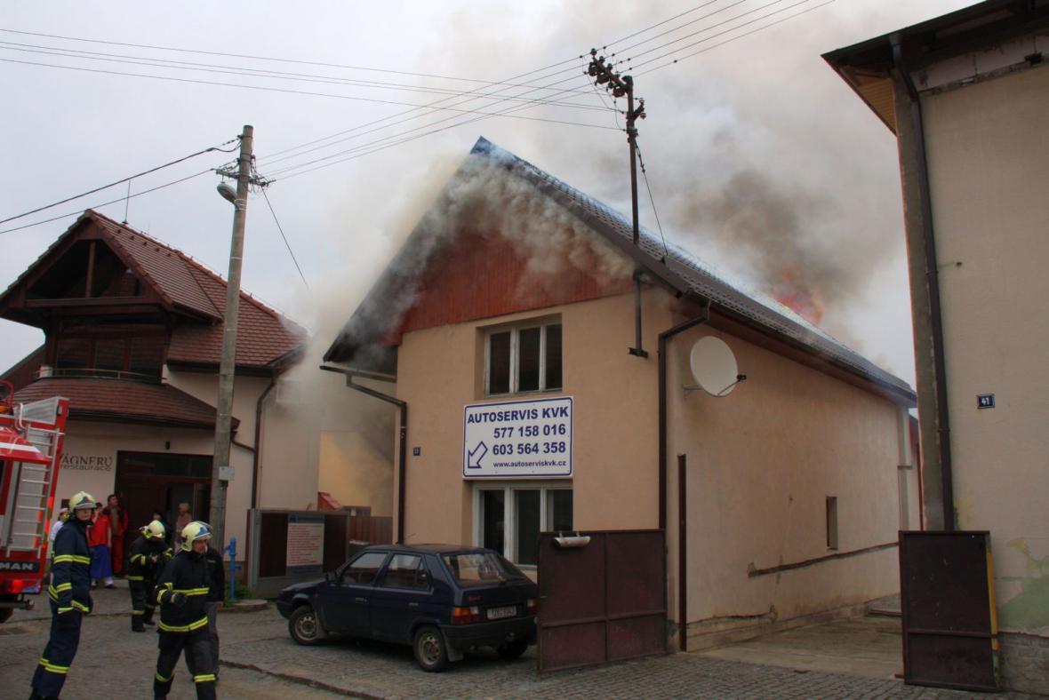 požár autoservisu v Želechovicích nad Dřevnicí