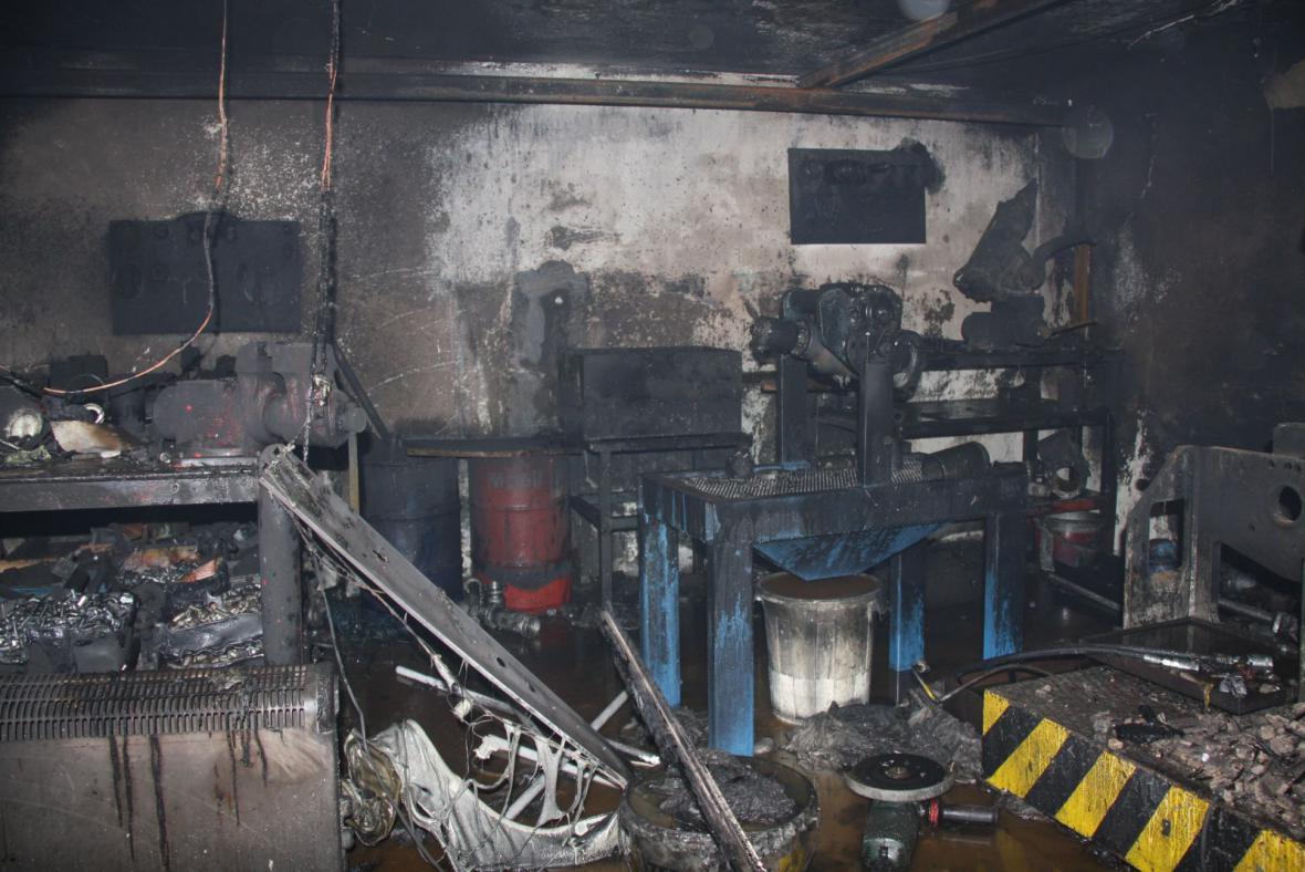 Požár zničil dílnu autoservisu