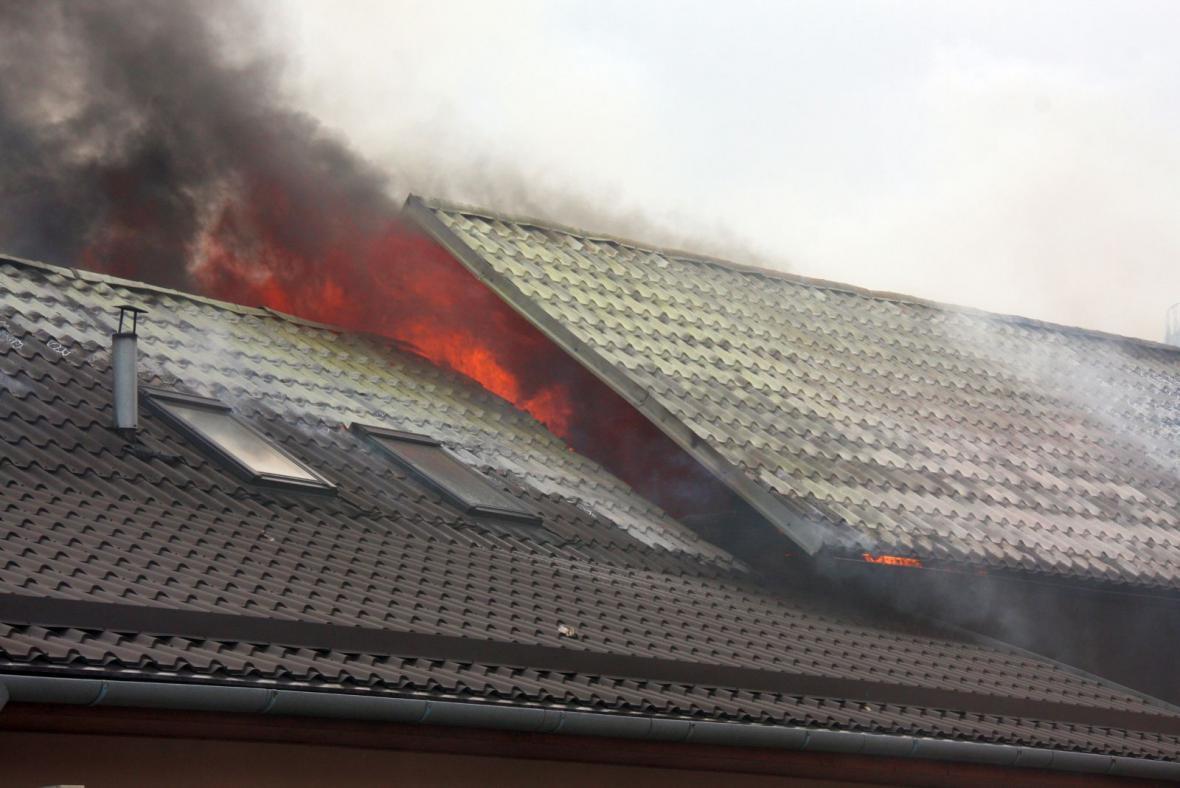 Plameny zachvátily střechu autoservisu