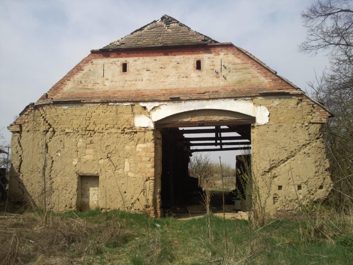 Památkově chráněná je i stodola, která ke stavení patří