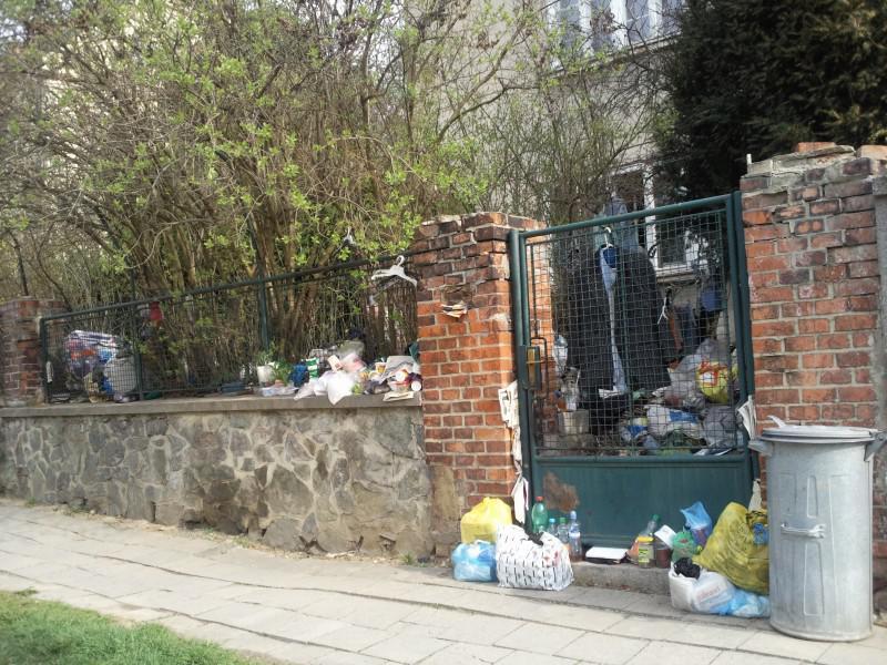 Odpadky zasahují i na chodník