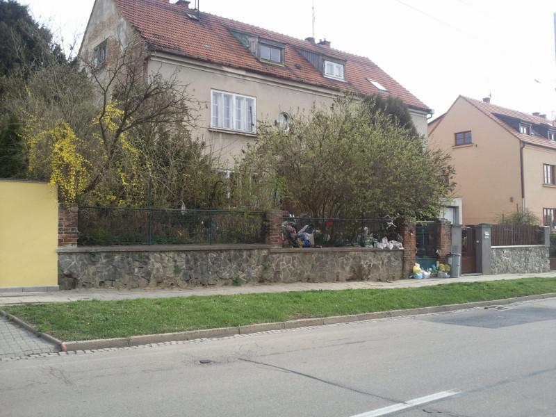 Dům v Masarykově čtvrti je obsypán odpadky