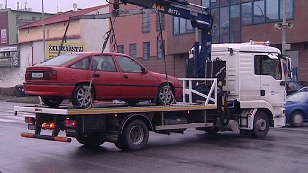 Odtahová služba odváží auto