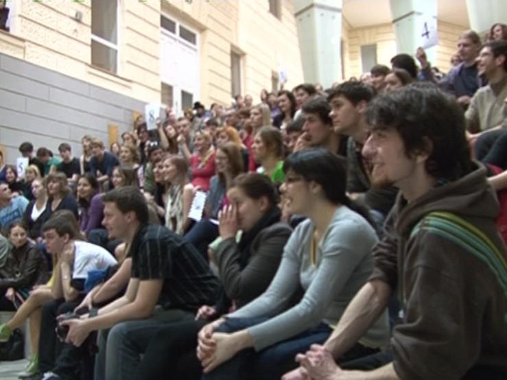 Zaplněné hlediště na FSS MU Brno - festival Slampoetry
