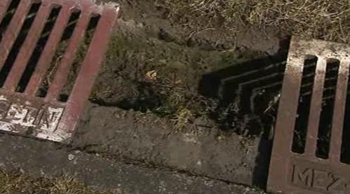 Neznámý zloděj ukradl z vsetínského hřiště 300 litinových krytů
