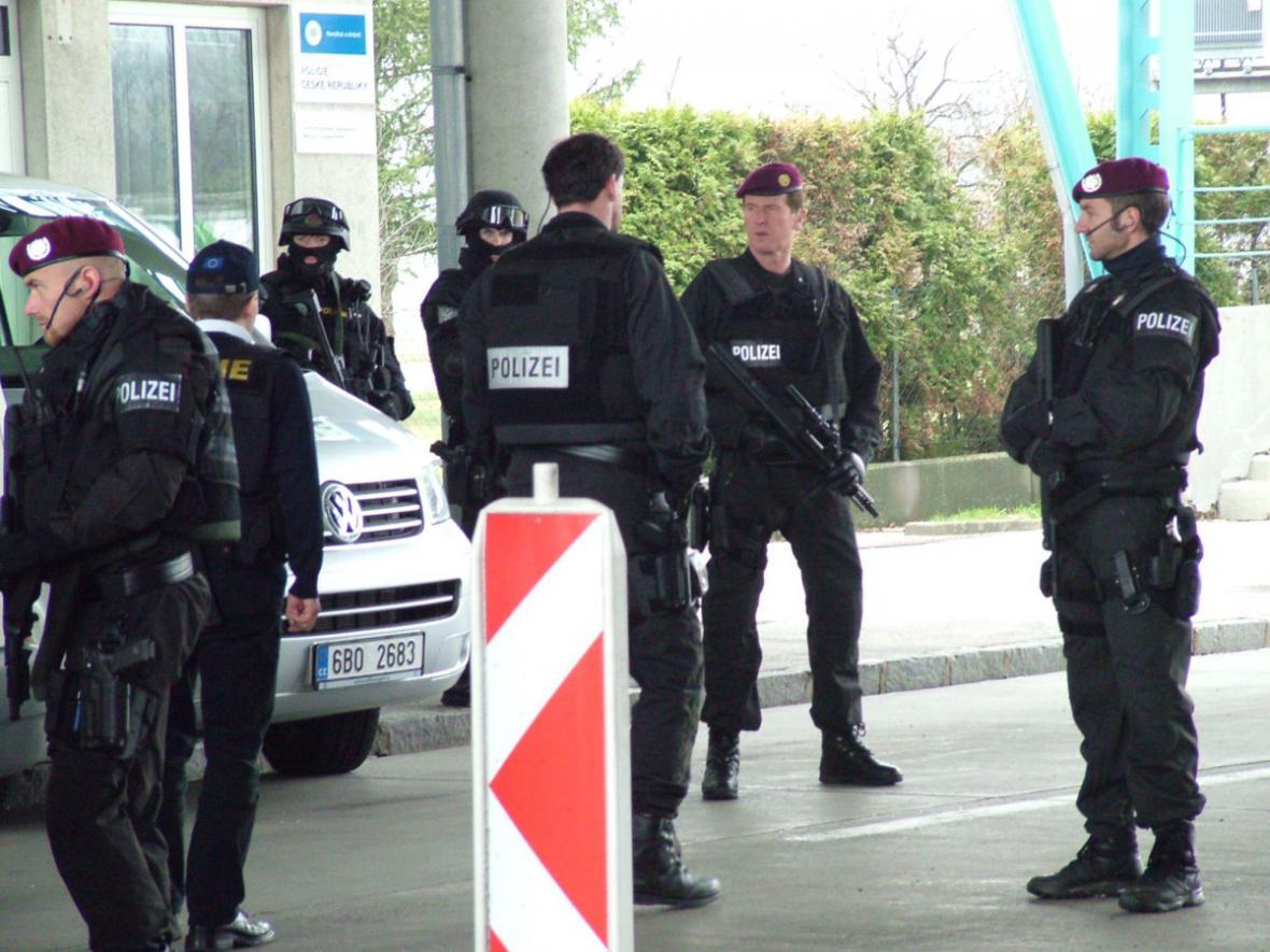Eskorta zadrženého Romana Vaškůje z Rakouska do Čech