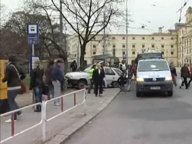 Řidič najel na nástupní ostrůvek zastávky autobusu