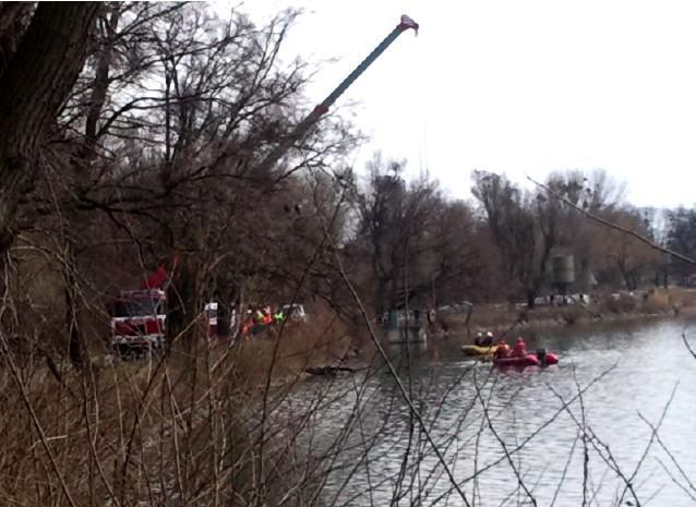 Hasiči vytahují vrak auta z rybníka v Lednici
