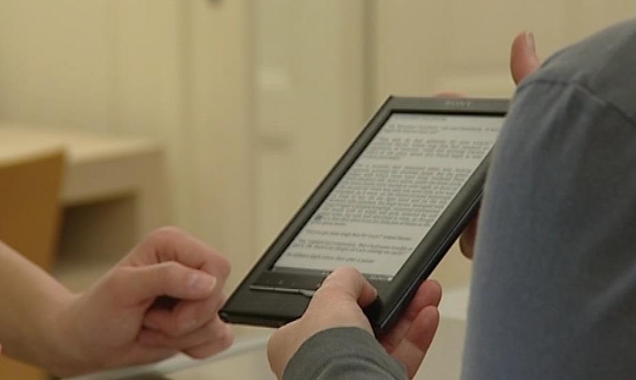 Digitální čtečka v Mahenově knihovně obsahuje téměř pět set knih