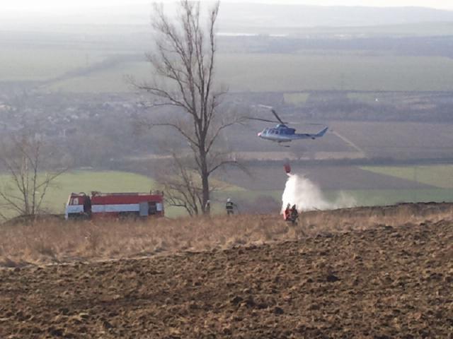 Rozsáhlý požár trávy u Židlochovic pomáhá hasit vrtulník