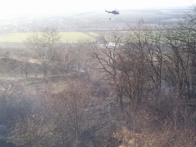 Rozsáhlý požár trávy u Židlochovic pomáhal hasit vrtulník