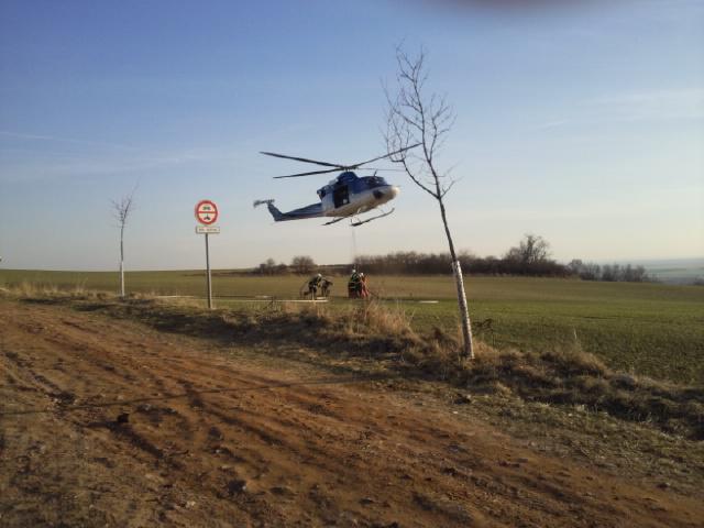 Rozsáhlý požár u Židlochovic pomáhal hasit vrtulník