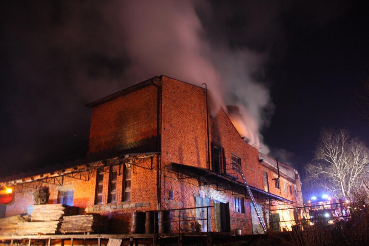 Budovu stolárny zachvátily plameny