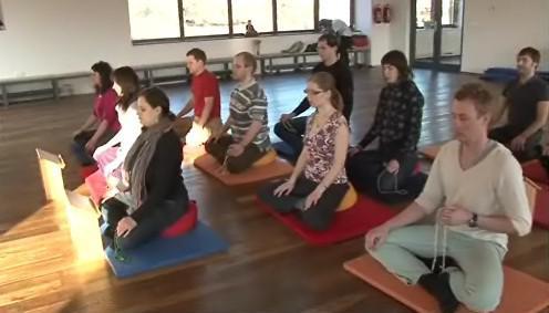 Brněnští buddhisté při meditaci v novém centru ve čtvrti Lesná
