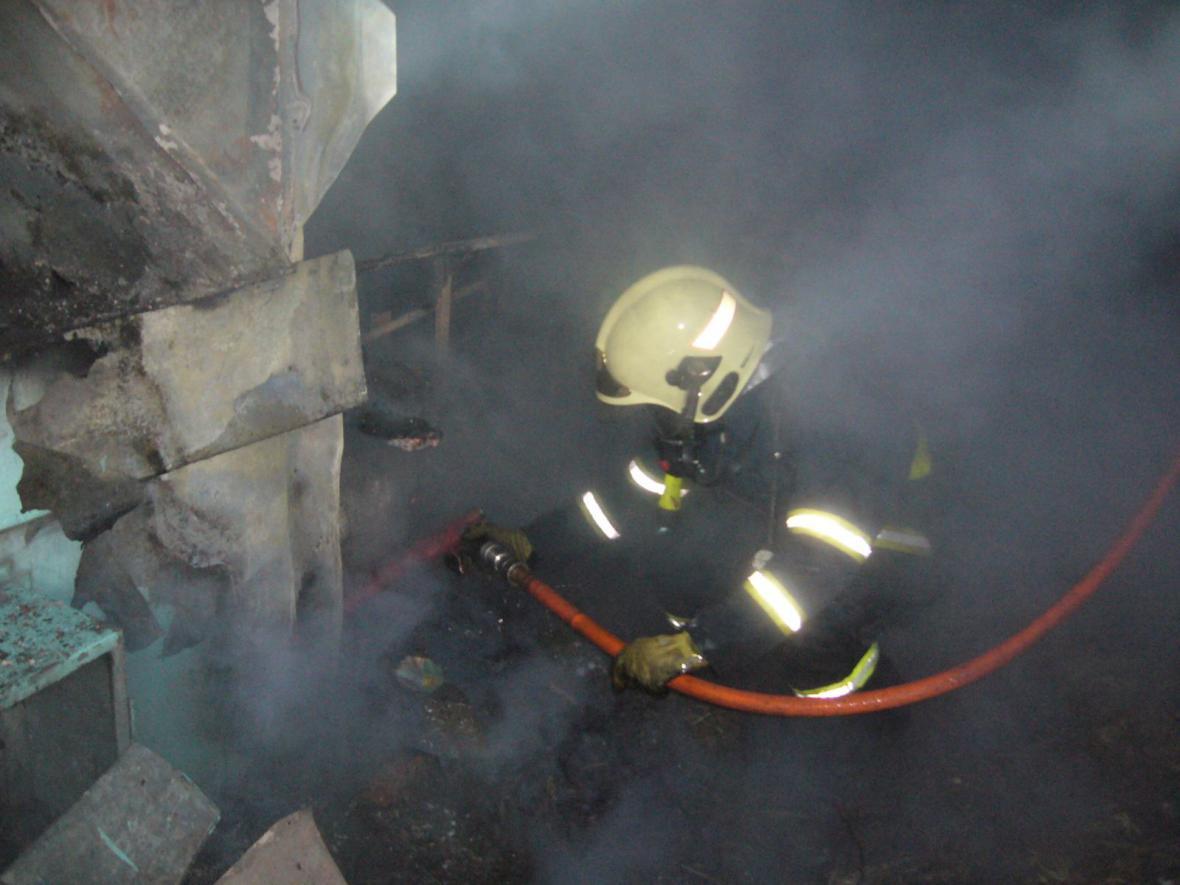 Ve vyhořelé budce u dálkového teplovodu našli hasiči torzo těla