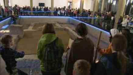 Návštěvníci expozice hrobu vampýra