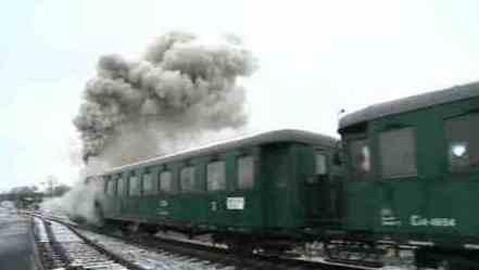 Přes množství páry nebylo lokomotivu ani vidět