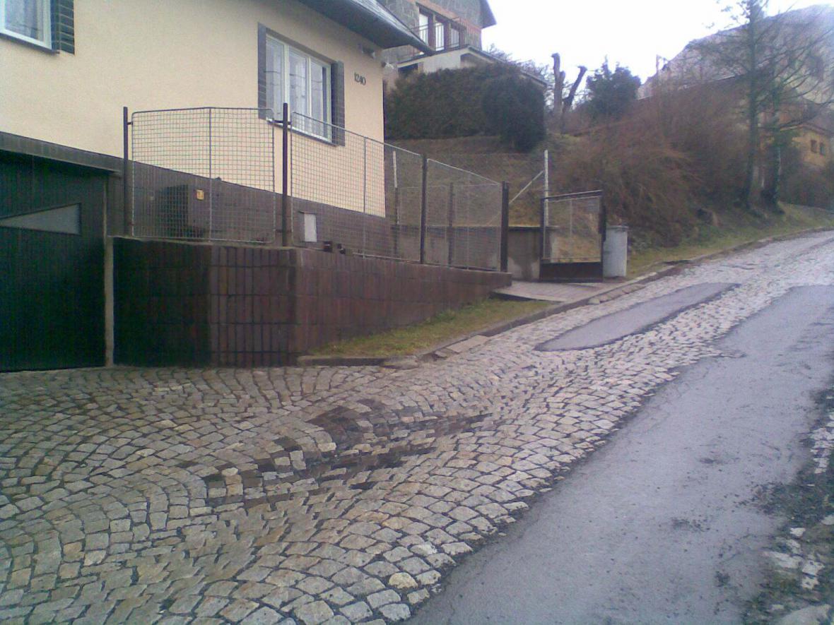 Silnice, kterou vozí náklaďáky ve Vsetíně-Hanžlově na stavbu materiál