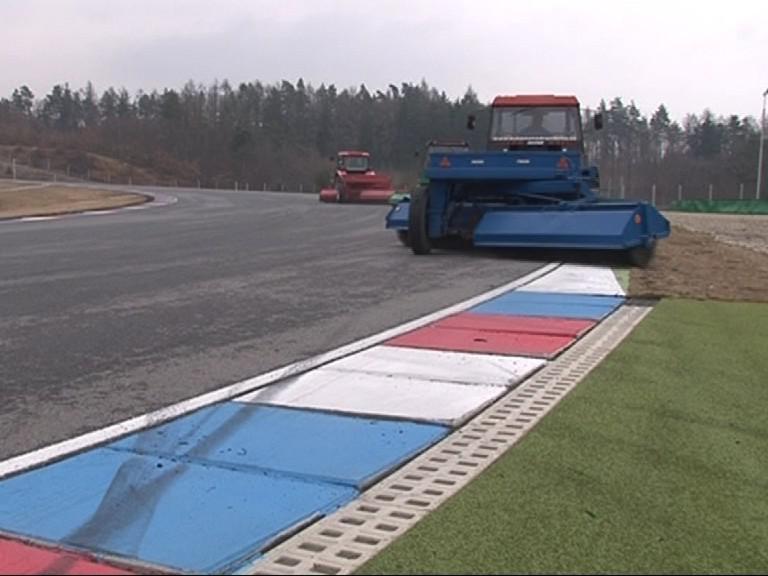 Úklid závodní dráhy před závodní sezónou