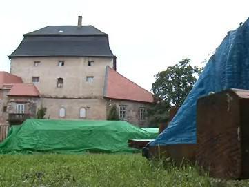Zchátralý zámek Miroslav