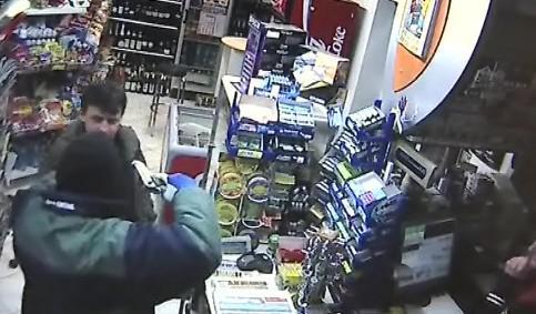 Přepadení benzinové pumpy zabránil pohotový zákazník, který lupiče doslova vyvedl