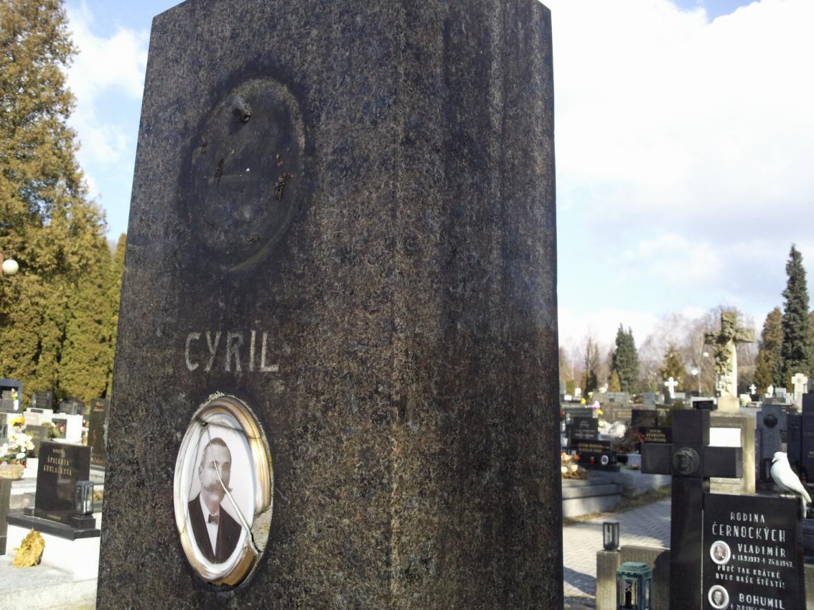 Poškozené hroby na vsetínském hřbitově